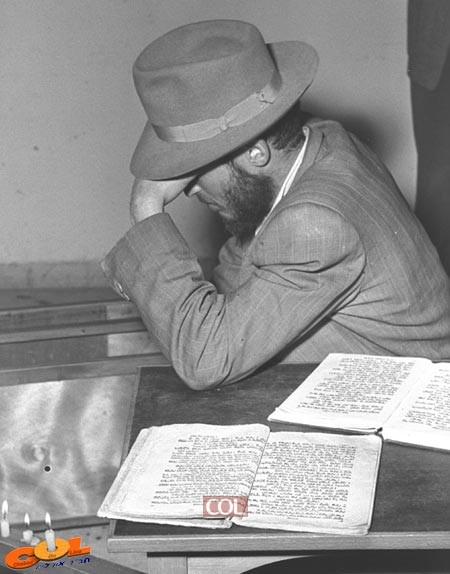 המדריך ר' מאיר פרידמן מתאבל במקום הטבח