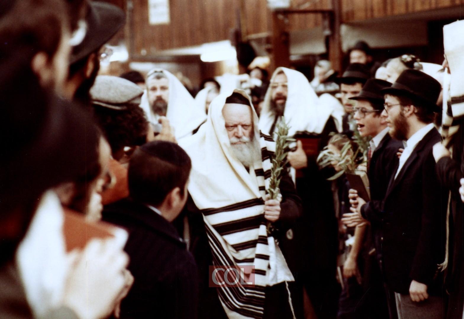 הרבי נכנס לתפילת שחרית בעודו מחזיק בערבות ההושענות